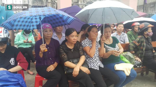 Nhưng người dân vẫn nán lại để đón cố Chủ tịch nước Trần Đại Quang.