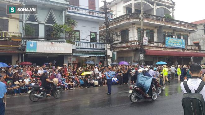 Người dân Ninh Bình ôm di ảnh đón thi hài cố Chủ tịch nước Trần Đại Quang - Ảnh 6.
