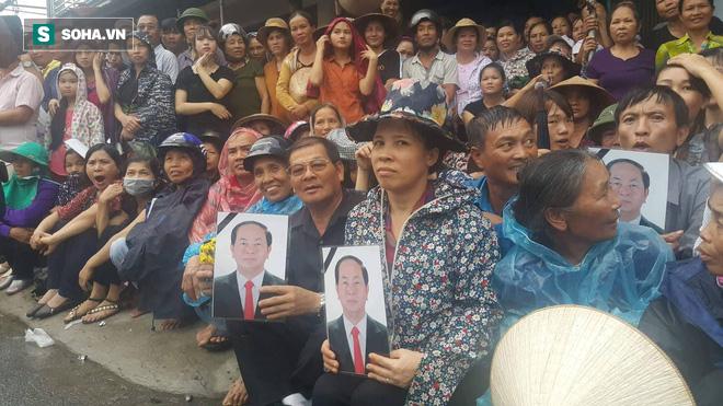 Người dân Ninh Bình ôm di ảnh đón thi hài cố Chủ tịch nước Trần Đại Quang - Ảnh 8.