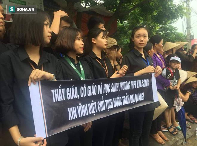 Thầy trò trường cũ của cố Chủ tịch nước Trần Đại Quang ra đưa tiễn.