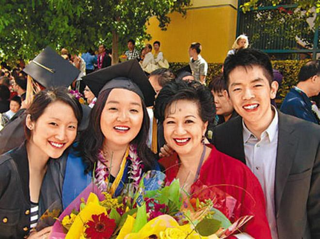 Bà trùm giải trí quyền lực bậc nhất TVB, U70 được tình trẻ đáng tuổi con say mê - Ảnh 8.