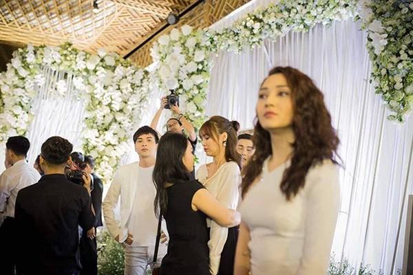 Sự thật về hình ảnh Hồ Quang Hiếu nhìn trộm Bảo Anh từ xa trong đám cưới Trường Giang - Ảnh 2.