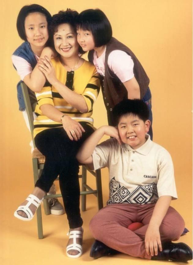 Bà trùm giải trí quyền lực bậc nhất TVB, U70 được tình trẻ đáng tuổi con say mê - Ảnh 7.