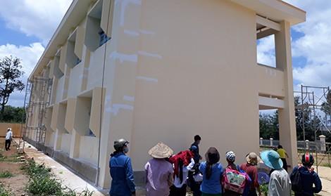 Trường học mới xây đã hỏng  - Ảnh 1.
