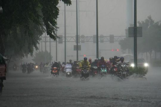 Mưa nhỏ cũng khiến đường vào sân bay Tân Sơn Nhất ngập lênh láng - Ảnh 2.