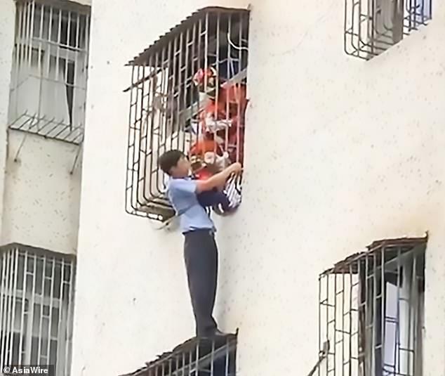 Nghe tiếng gào khóc của đứa trẻ tầng 3, người đàn ông lập tức hóa người nhện tay không ứng cứu - Ảnh 4.