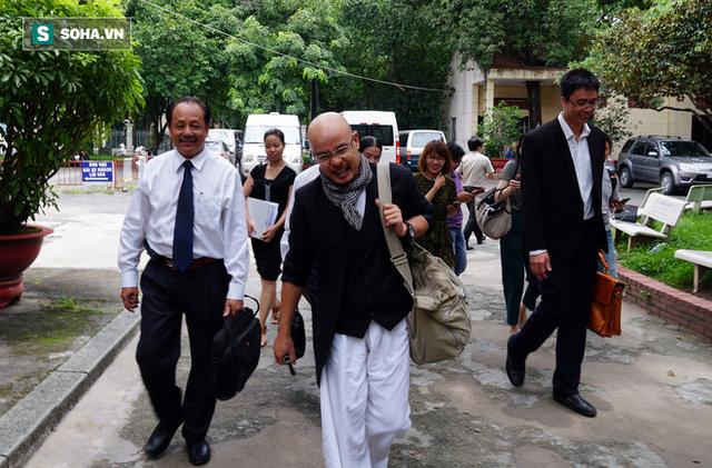 Ông Đặng Lê Nguyên Vũ tươi tỉnh đến buổi giải quyết khiếu nại của vợ - Ảnh 2.