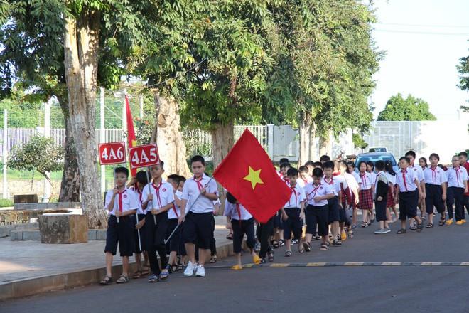 Ô tô đỗ kín đường trong lễ khai giảng ở trường tư lớn nhất Đắk Lắk - Ảnh 1.