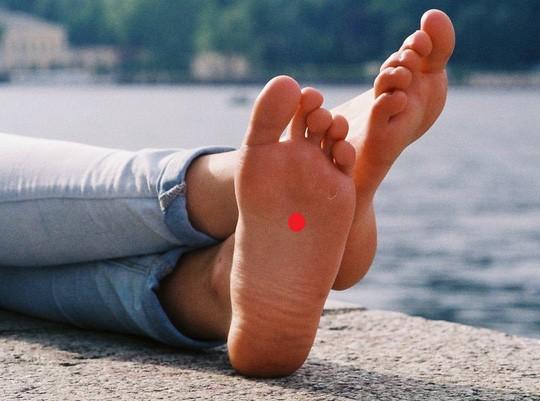 Đắp tỏi vào lòng bàn chân để trị ho, được không? - Ảnh 1.