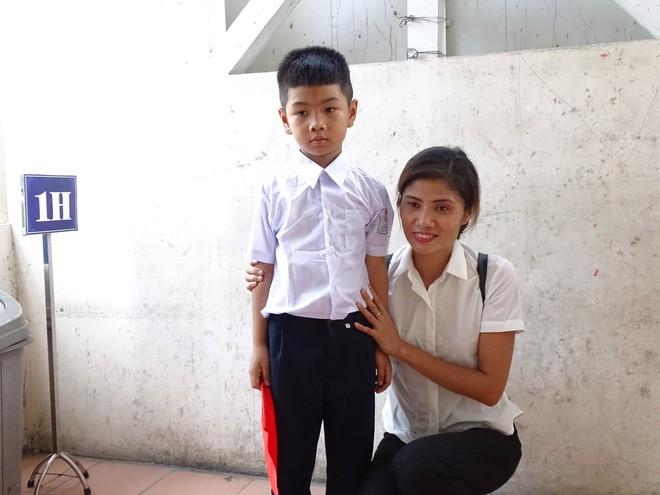 Nụ cười rạng rỡ của cậu bé bị trao nhầm tại Bệnh viện Ba Vì trong ngày khai giảng - Ảnh 1.