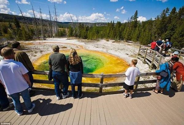 Bí ẩn về những hồ nước đổi màu liên tục trong năm - Ảnh 2.