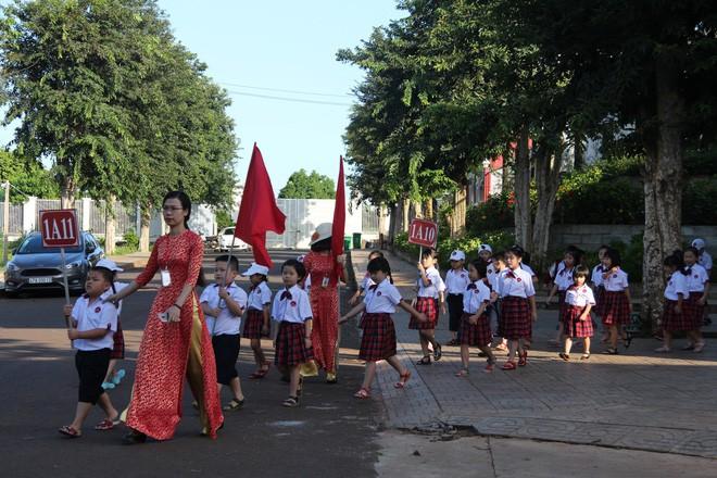 Ô tô đỗ kín đường trong lễ khai giảng ở trường tư lớn nhất Đắk Lắk - Ảnh 2.