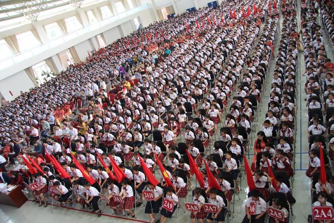 Ô tô đỗ kín đường trong lễ khai giảng ở trường tư lớn nhất Đắk Lắk - Ảnh 3.