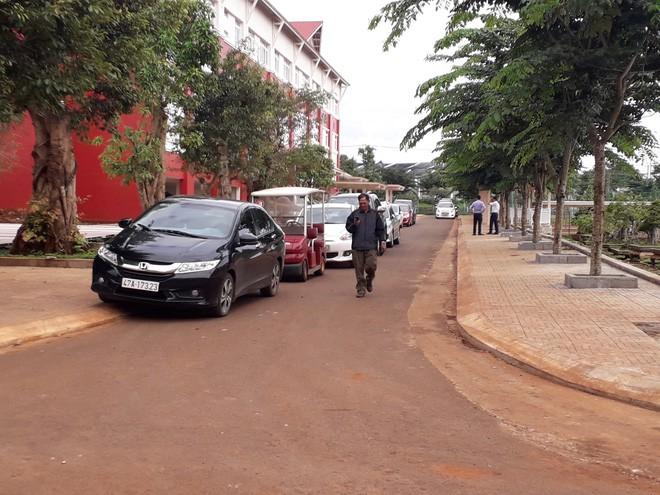 Ô tô đỗ kín đường trong lễ khai giảng ở trường tư lớn nhất Đắk Lắk - Ảnh 6.