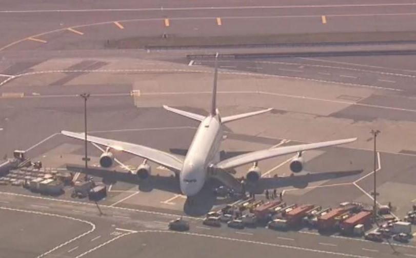 100 hành khách đột ngột ngã bệnh, máy bay Emirates bị cách ly ở sân bay Mỹ