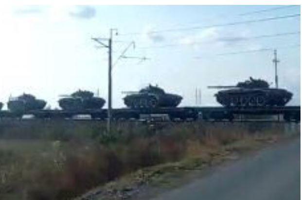 1.000 xe tăng Nga cấp tốc cưỡi tàu hỏa tới áp sát biên giới Ukraine: Moscow muốn gì? - Ảnh 1.