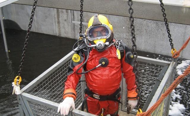 Tâm sự của một thợ lặn bể phốt chuyên nghiệp: Không bao giờ ăn thịt gà trước khi lặn, ông nào cởi đồ cho bọn tôi mới là người khổ! - Ảnh 2.