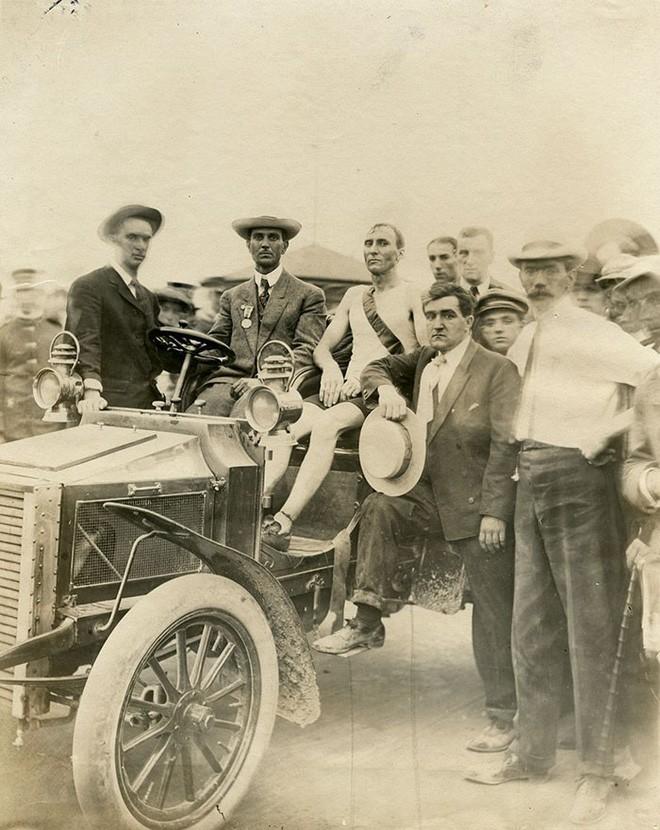 Không cho VĐV uống nước, bắt nuốt thuốc chuột thay doping và những bí mật động trời tại marathon Olympic 1904 - Ảnh 15.