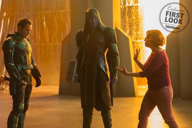 Nữ siêu anh hùng Captain Marvel chính thức lộ diện, sát cánh cùng Nick Fury hồi trẻ còn nguyên cả hai mắt - Ảnh 4.