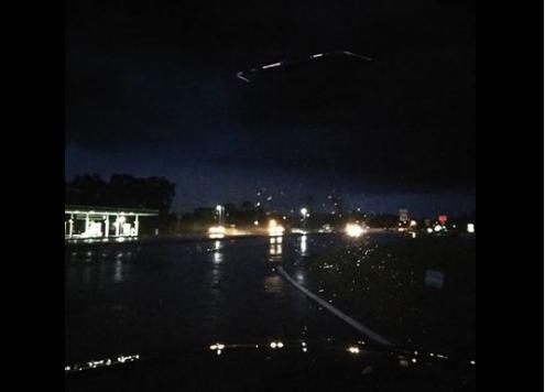 Vật thể nghi đĩa bay của người ngoài hành tinh phát sáng trên bầu trời Mỹ - Ảnh 1.