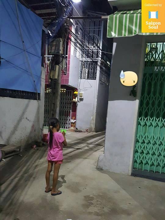 Đầu năm học, câu chuyện về bé gái bán vé số mù chữ trong con hẻm bình dân Sài Gòn khiến ai cũng xúc động - Ảnh 1.