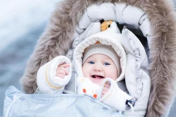 Chuyên gia Nhi khoa BV Bạch Mai: 4 vị trí vàng mẹ cần giữ ấm cho con trong ngày rét đậm - Ảnh 2.