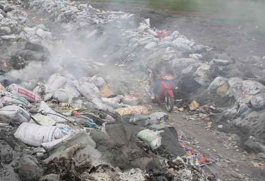Ám ảnh bãi phế liệu kín cả cánh đồng tại nơi xảy ra vụ nổ ở Bắc Ninh - Ảnh 3.