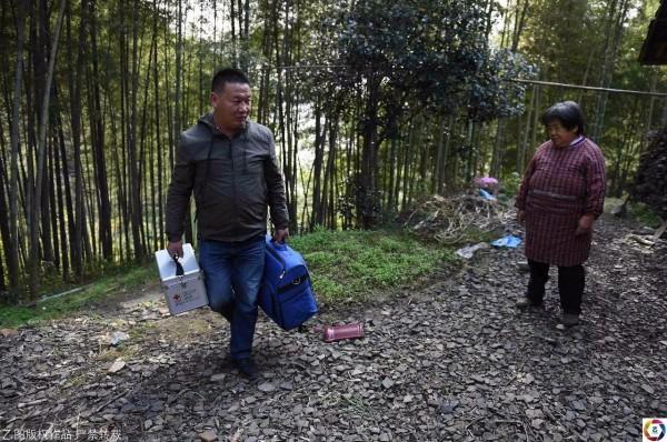 Cựu sinh viên y quyết ở lại vùng quê hẻo lánh chữa bệnh cho dân làng suốt 18 năm vì lý do không tưởng - Ảnh 1.