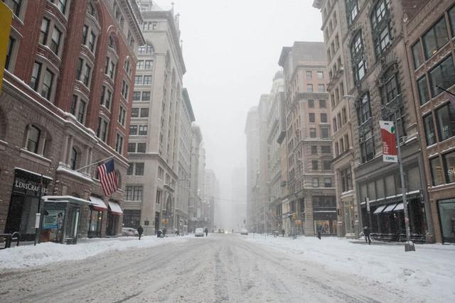 New York như hành tinh khác trong trận bão tuyết khiến nước Mỹ lạnh hơn sao Hỏa - Ảnh 1.
