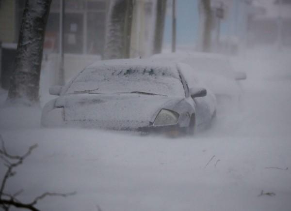 Nước Mỹ tê cứng trong 'bom bão tuyết': Người chết cóng, cá mập sốc nhiệt và hàng loạt ô tô 'biến mất' - Ảnh 1.