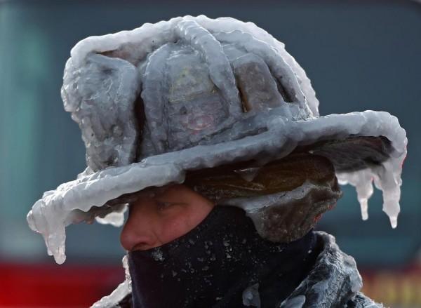 Nước Mỹ tê cứng trong 'bom bão tuyết': Người chết cóng, cá mập sốc nhiệt và hàng loạt ô tô 'biến mất' - Ảnh 2.