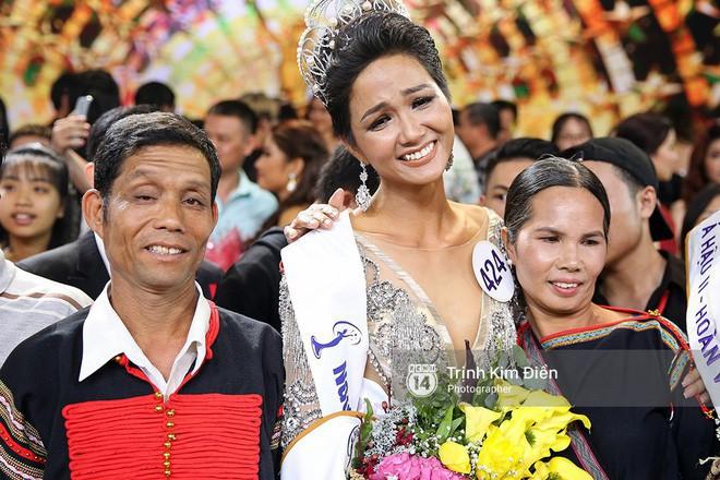 Bố mẹ Hoa hậu Hoàn vũ HHen Niê: Thấy con gái khóc, tôi cũng khóc dù không biết con đoạt giải gì - Ảnh 2.