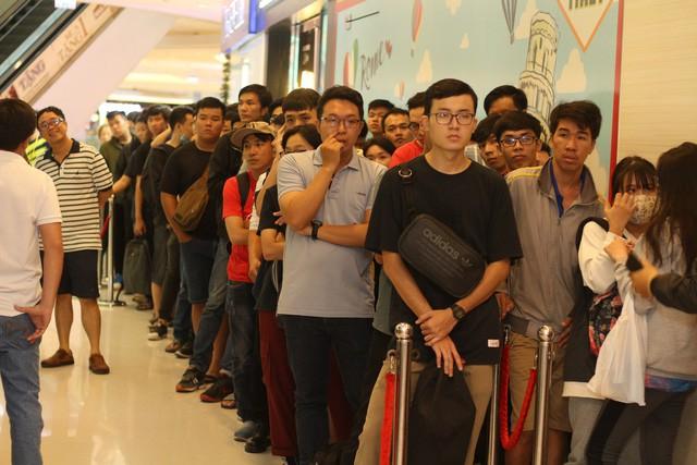 Hàng trăm người xếp hàng mua sản phẩm Xiaomi tại cửa hàng Mi Store đầu tiên tại Việt Nam - Ảnh 1.