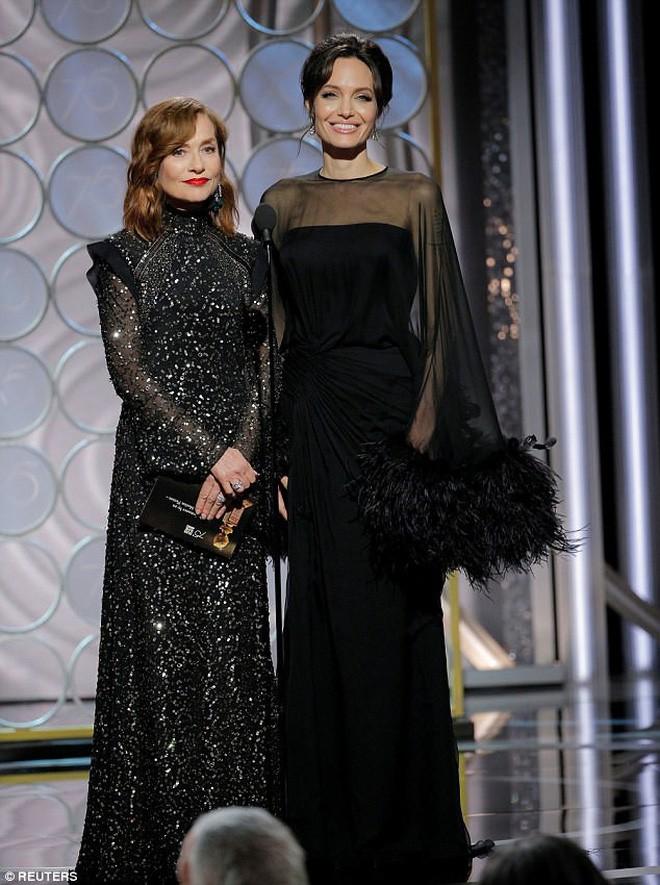 Khoảnh khắc thú vị: Angelina phản ứng khi vợ cũ Brad Pitt xuất hiện, sao 50 Sắc Thái tò mò liếc sang theo dõi - Ảnh 2.