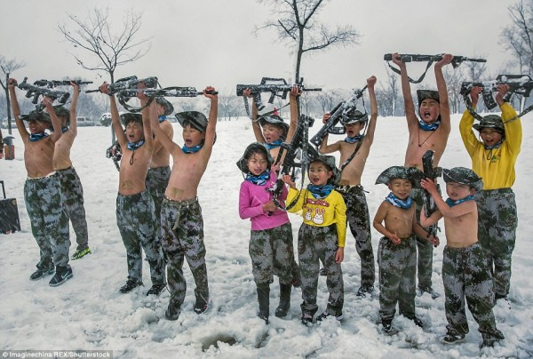 Khóa huấn luyện khắc nghiệt: Cho trẻ em cởi trần, dội nước lạnh lên người giữa trời tuyết - Ảnh 2.