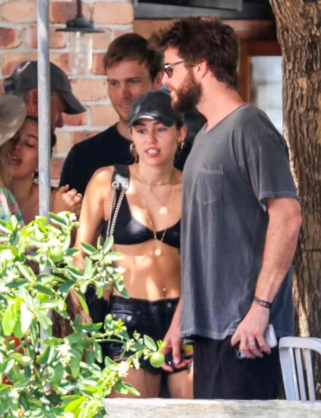 Miley Cyrus và Liam Hemsworth đeo nhẫn đôi hạnh phúc sau tin đồn bí mật kết hôn - Ảnh 1.