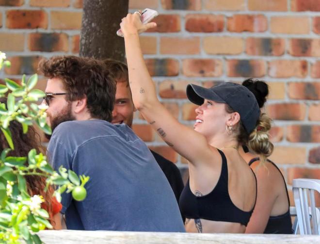 Miley Cyrus và Liam Hemsworth đeo nhẫn đôi hạnh phúc sau tin đồn bí mật kết hôn - Ảnh 2.