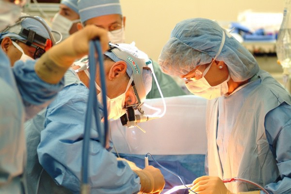 Đang phẫu thuật, bệnh nhân bị bác sĩ bắt đóng thêm viện phí, xuất viện mới biết sự thật không ngờ - Ảnh 1.