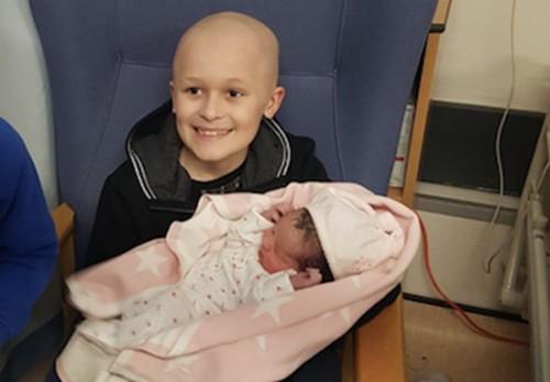 Người anh 9 tuổi bị ung thư quấn quýt bên em gái mới sinh khiến hàng triệu người xúc động - Ảnh 1.