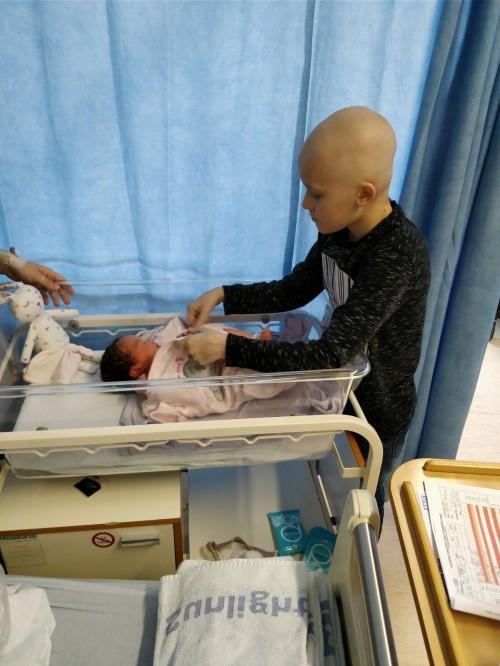 Người anh 9 tuổi bị ung thư quấn quýt bên em gái mới sinh khiến hàng triệu người xúc động - Ảnh 2.