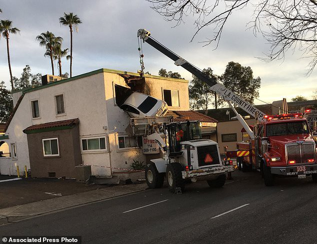 Tai nạn khó hiểu: Vui tính đậu xe ở... cửa sổ tầng hai phòng khám nha khoa, 2 người bị thương nặng - Ảnh 1.