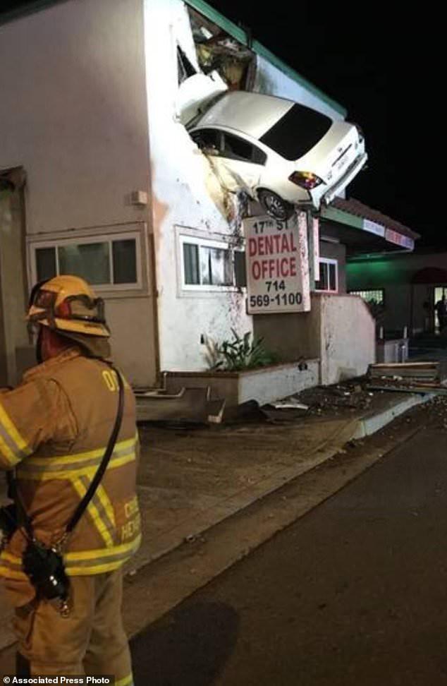 Tai nạn khó hiểu: Vui tính đậu xe ở... cửa sổ tầng hai phòng khám nha khoa, 2 người bị thương nặng - Ảnh 2.