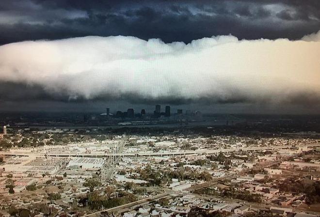 Đám mây khổng lồ bất ngờ tràn qua thành phố, nhiều người tưởng Tận thế ghé về - Ảnh 1.
