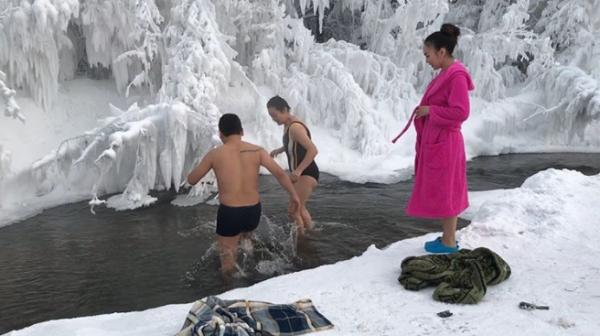 Trời lạnh -68 độ C ở ngôi làng lạnh nhất thế giới, những người này vẫn cởi trần bơi dưới sông - Ảnh 2.