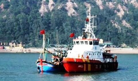 Vượt sóng to gió lớn, cứu 10 ngư dân và tàu cá gặp nạn - Ảnh 1.
