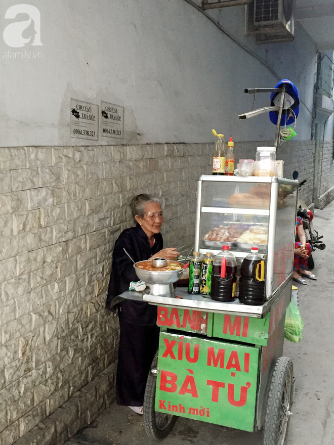 Xe bánh mì ngon nức tiếng Sài Gòn của bà Tư Trầu: 60 năm tuổi đời vẫn làm mê lòng những thực khách sành ăn - Ảnh 11.