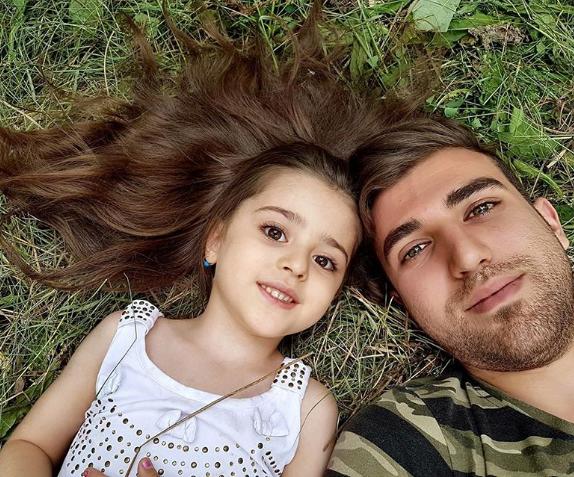 """Bé gái xinh đẹp nhất thế giới"""": Bố mẹ phải nghỉ việc, theo sát con vì sợ bị quấy rối - Ảnh 12."""