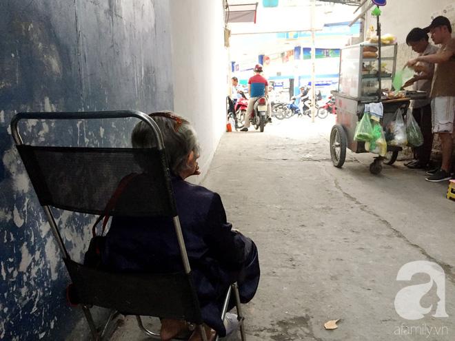 Xe bánh mì ngon nức tiếng Sài Gòn của bà Tư Trầu: 60 năm tuổi đời vẫn làm mê lòng những thực khách sành ăn - Ảnh 13.