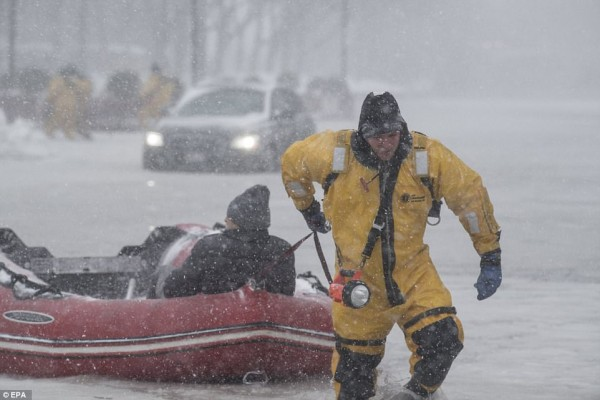 Nước Mỹ tê cứng trong 'bom bão tuyết': Người chết cóng, cá mập sốc nhiệt và hàng loạt ô tô 'biến mất' - Ảnh 18.