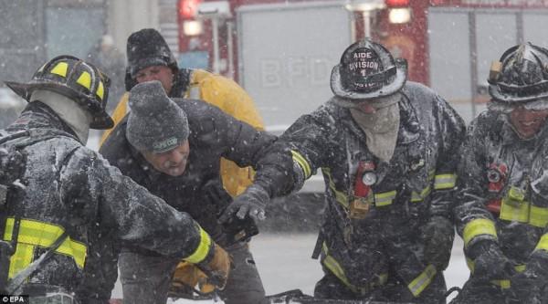 Nước Mỹ tê cứng trong 'bom bão tuyết': Người chết cóng, cá mập sốc nhiệt và hàng loạt ô tô 'biến mất' - Ảnh 19.
